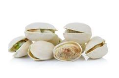 Tuercas de pistacho en el fondo blanco Imagen de archivo libre de regalías