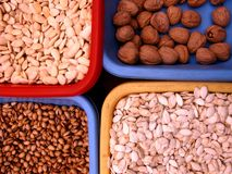 Tuercas en embalajes multicolores en un mercado del aire abierto en España foto de archivo libre de regalías