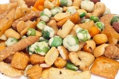 Tuercas mezcladas y galletas saladas Foto de archivo