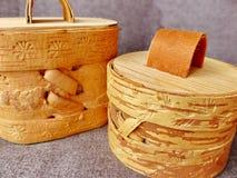 Tuesok - en liten björk-skäll ask med locket För lagring av lösa produkter closeup Folkhantverk Ryssland retro Lågt DOF-fotografi Arkivbild