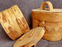Tuesok - en liten björk-skäll ask med locket För lagring av lösa produkter closeup Folkhantverk Ryssland retro Lågt DOF-fotografi Arkivfoton