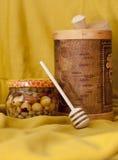 Tuesok met honingslepel en honingskruik Royalty-vrije Stock Foto