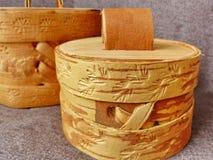 Tuesok - una pequeña caja de la abedul-corteza con la tapa Para el almacenamiento de productos flojos primer Arte popular Rusia r Fotos de archivo libres de regalías