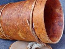 Tuesok - una pequeña caja de la abedul-corteza con la tapa Para el almacenamiento de productos flojos primer Arte popular Rusia r Foto de archivo