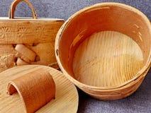 Tuesok - una pequeña caja de la abedul-corteza con la tapa Para el almacenamiento de productos flojos primer Arte popular Rusia r Imágenes de archivo libres de regalías