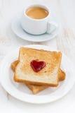 Tueste con el atasco en la forma de un corazón y de un café, verticales Fotos de archivo libres de regalías