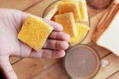 Tueste con mantequilla y la aspersión con el azúcar - café caliente Fotos de archivo