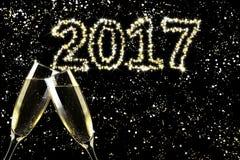 Tueste el champán, Feliz Año Nuevo del cielo de la chispa Fotos de archivo