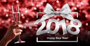 Tueste el ` s Eve, mano del Año Nuevo con el vidrio de vino de la chispa en azul rojo Fotos de archivo