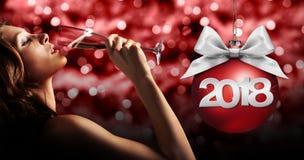 Tueste el ` s Eve, vino de consumición del Año Nuevo de la chispa de la mujer en rojo borroso Fotografía de archivo libre de regalías