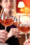 Tueste en restaurante con los vidrios llenos de vino Fotos de archivo