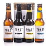 Tueste la cerveza del arte, elaborada con el pan fresco de sobra imagenes de archivo