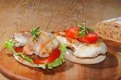 Tueste, pan de la tostada, escalope asado a la parrilla del pavo, tomate, lechuga, ro Imagen de archivo libre de regalías
