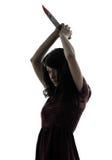 Tueur étrange de jeune femme tenant la silhouette ensanglantée de couteau Image stock