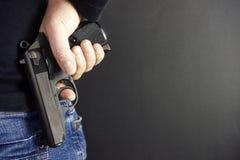 Tueur avec la fin d'arme à feu au-dessus du fond grunge avec l'espace de copie Images stock