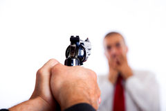 Tueur orientant sur l'homme d'affaires Images libres de droits
