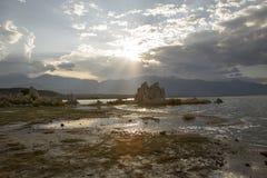 Tufa av den mono sjön på solnedgången Royaltyfria Foton