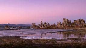 Tufa formacje na Mono jeziorze przy zmierzchem zdjęcia royalty free