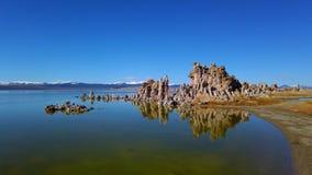 Tufa torenskolommen van kalksteen bij Monomeer in Californië - reis fotografie stock video