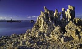 Tufaen står högt på den mono sjön, Ca Royaltyfri Foto