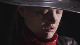 Tuff cowgirl med det allvarliga uttryckt på hennes framsida, slut upp i 4k stock video