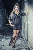 Tuff flicka i läderstålar Fotografering för Bildbyråer
