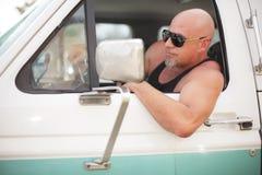Tuff grabb som kör en lastbil Arkivfoto