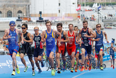Tuff kamp mellan rinnande triathletes Sandor, Lagerstrom, Bowd Royaltyfri Fotografi