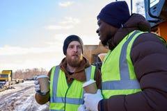 Tuffa arbetare på kaffeavbrott arkivfoto