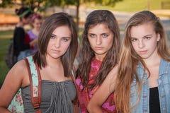 Tuffa flickor utanför arkivfoto