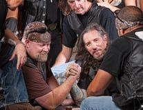 Tuffa män Arm brottning Arkivbilder