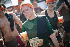 Tuffa Mudder: Lyckliga löpare efter loppet Royaltyfri Bild