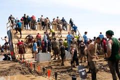 Tuffa Mudder: Racerbilar som skriver in gå plankan Fotografering för Bildbyråer