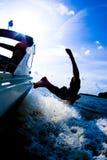 Tuffandosi dalla barca 4 Immagine Stock