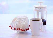 Tuffatore del caffè e brocca di latte immagini stock