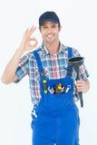 Tuffatore della tenuta dell'idraulico mentre gesturing segno GIUSTO fotografia stock libera da diritti