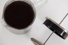 Tuffatore di Cafetiere con la brocca fotografia stock