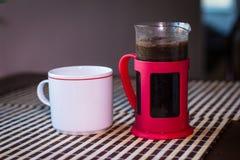 Tuffatore e tazza del caffè immagini stock