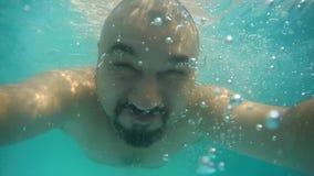 Tuffi asiatici adulti dell'uomo nello stagno Selfie in uno stagno domestico Stagno mobile Video subacqueo archivi video