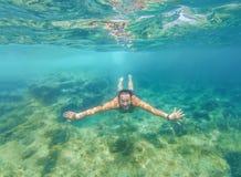 Tuffi nel mare blu profondo Fotografia Stock Libera da Diritti