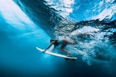 Tuffo della donna del surfista subacqueo Tuffo di Surfgirl sotto l'onda immagine stock libera da diritti