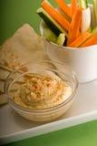 Tuffo di Hummus con il chiodino a testa laterale e la verdura di pita Immagine Stock