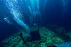 Tuffo libero dell'uomo dell'operatore subacqueo al naufragio, mare subacqueo fotografia stock