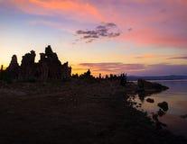 Tufs au lac mono - coucher du soleil image libre de droits