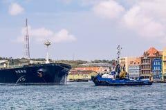 Tug Approaching Hero Tanker stock foto