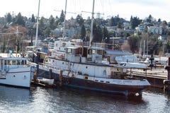 Tug Boat d'annata in Salmon Bay accanto a Ballard Bridge fotografia stock