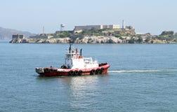 Tug Boat dall'isola di Alcatraz a San Francisco, California Fotografia Stock