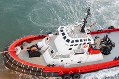 Tug Boat-de slepenlijn maakte aan schip vast om het meertros/het dokken proces te manoeuvreren stock foto