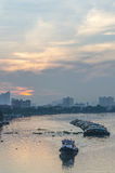Tug Boat-Frachtschiff im Chao Phraya am Abend Stockfotos