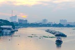 Tug Boat-Frachtschiff im Chao Phraya am Abend Lizenzfreies Stockbild